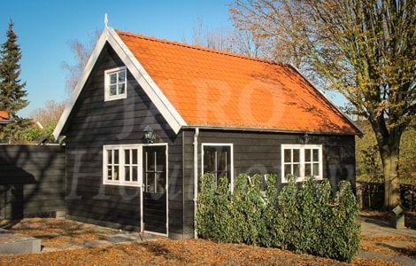 Houten garage in de tuin met oranje dakpannen