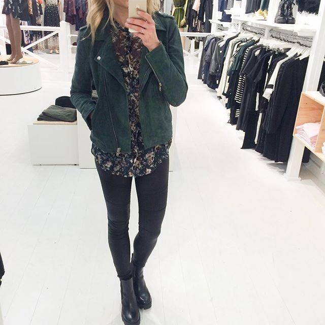 🍀 Sejeste flaskegrønne suede jakke med sølv lynlåse i den blødeste kvalitet🍀 Her til den flotteste skjorte fra Modström🍀 Ruskinds jakker er en af de helt store tendenser til 2016🍀 #mode#fashion#selfie#instagood#instalook#greattime#suedejakke#jacket#greenjacket#realsuede#pieces#casual#cool#lykke#lykkebylykke