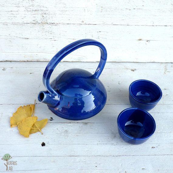 Teiera piccola con tazzine in ceramica blu elettrico di KairosLab