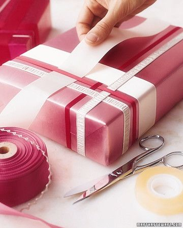 Geschenk mit Papier und farblich passenden Bändern in unterschiedlichen Breiten verpacken. Ein geometrisches Muster ist sehr stylish!  Wrap your gift and then use complementing ribbon and papers to give it a geometric pattern.  Very stylish.