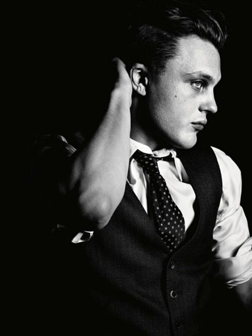 Michael Pitt. No longer 'that dude who kinda looks like Leo DiCaprio...' from Murder by Numbers. All growd up and mmmm.... I'm thinking I need to watch this boardwalk empire show...