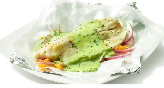 Filete de pescado empapelado - #RecetaDelDía Te presentamos un filete de pescado empapelado súper fácil de preparar para consentir a la familia. http://ow.ly/y8YxP