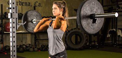 """7 OK A SÚLYZÓS EDZÉSRE – LÁNYOKNAK!    Bár már egyre több lány végez súlyzós edzésformákat (súlyzós edzés relatíve nagy súlyokkal, crossfit, súlyemelés, erőemelés), még mindig sokan félnek tőle, férfias dolognak vélik ezeket a sportokat és leragadnak a 2-3 kg-s súlyokkal való """"alakformáló"""" tornánál. Csakhogy az alak formálásához ez nem elég."""