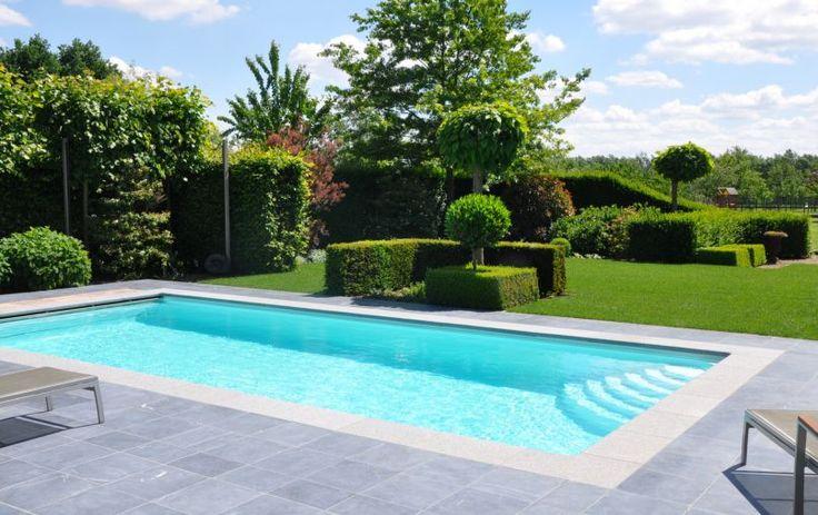 Een klassiek, rechthoekig zwembad met een ingebouwde hoektrap. Klasse!