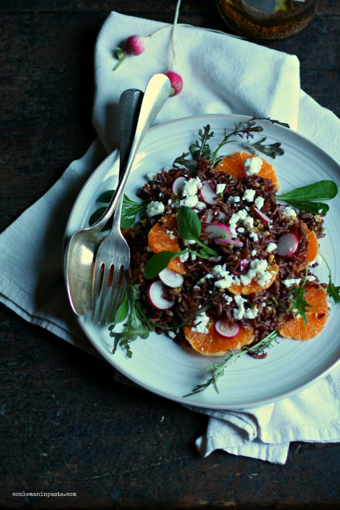 Insalata di riso rosso, arance e feta con olio aromatizzato ai semi di ravanello