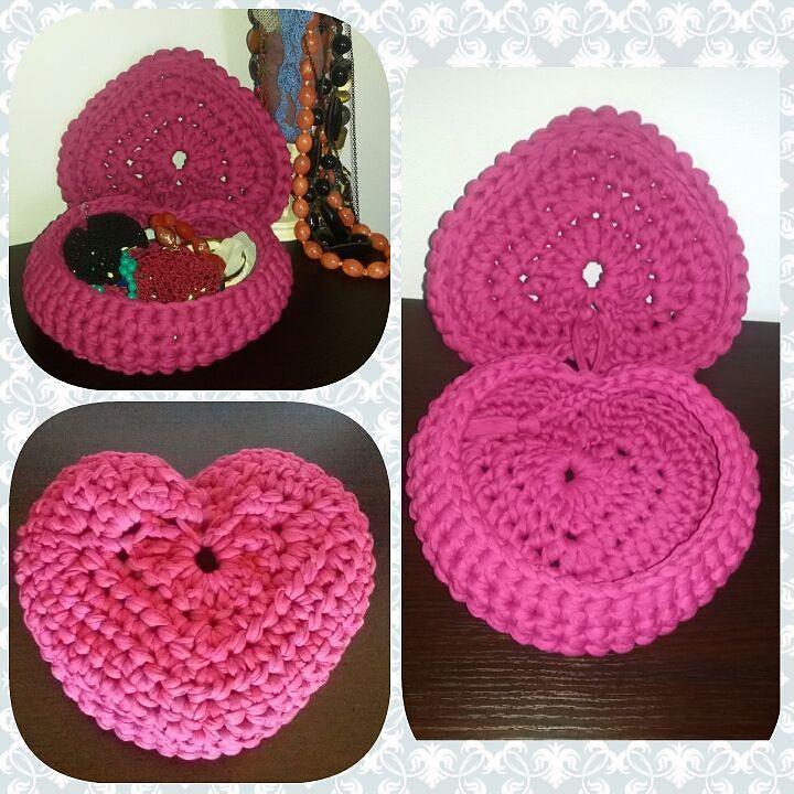 Ultima idea realizzata con la fettuccia! Un porta gioie  #crochet #instacrochet #crocheting #crochetlove #crochetaddict #crochetmood #crochetlovers #handmade #baskets #pink #heart #jewelry #bijoux #accessories #fashionwoman #fashionhome #decorhome #instauncinetto #uncinetto #uncinettocreazione #uncinettocreativo #uncinettochepassione #uncinettomania #fattoconamore #cestini #portaoggetti #portagioie #gioielli #collane #bracciali by maddycrochet