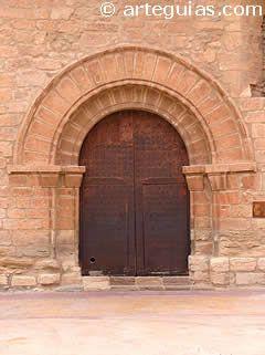 Portada de tradición románica en la iglesia de Olocau del Rey (Castellón)
