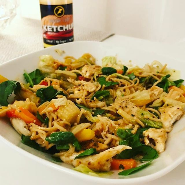 Dundermiddag🙌🏼☝🏼👌🏼😍 Min nyttiga och proteinrika version av Thaimat/wok/Pad Thai med bönpasta, wokgrönsaker, kyckling, ägg, isbergssallad och bladspenat🍲🍗🍝 Recept hittar ni nedan i kommentarerna ☺️ #sallad #pasta #nudlar #sojasås #kycklingwok