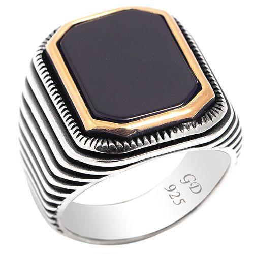 Gümüş Taşlı Yüzük - Siyah oniks taşlı 925 ayar gümüş erkek yüzük indirimli fiyatı ile yuzuksitesi.com`da. Yüzük kenarları oksitli ve kabartmadır. Taşın etrafı kırmızı altın (rose) kaplama. Yüzük ölçüye göre 14-20 gr arasındadır. / http://www.yuzuksitesi.com/gumus-tasli-yuzuk-10108