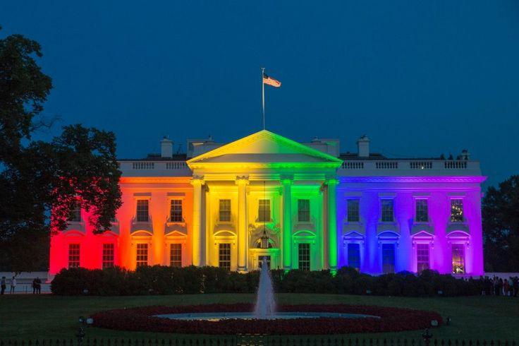 Das Weiße Haus strahlt in den Farben des Regenbogens. Die Regenbogenfahne ist...