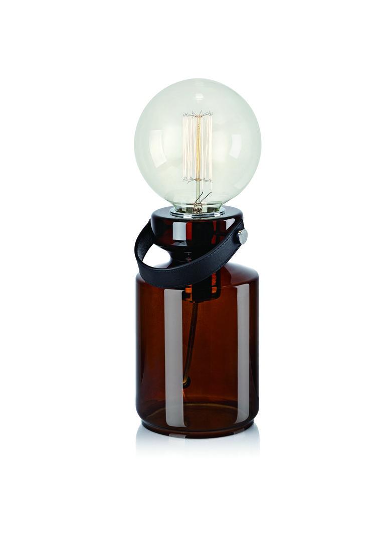 drian bordlampa från Markslöjd. Färgat glas med detaljer i läder och metall. 2m sladd med strömbrytare på sladden. Väggkontakt. Stor lamphållare (E27). Max 60W glödlampa eller motsvarande styrka i halogen, lågenergi eller LED. #sänglampor #bedlights #lamp #lampa #lights #markslöjd #interior #interiör #inspiration  #sovrum #bedroom