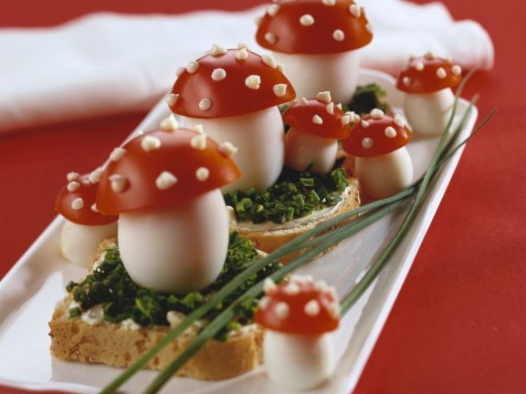 Schnittlauchbrot mit Glückspilz zu Silvester ist ein Rezept mit frischen Zutaten aus der Kategorie Fruchtgemüse. Probieren Sie dieses und weitere Rezepte von EAT SMARTER!
