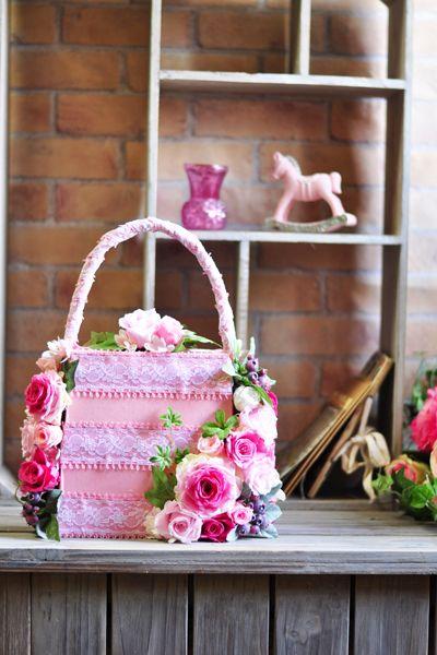 ピンクがいっぱい!とってもかわいいプリザーブドローズのバッグ型アレンジです。 プリザーブドフラワーでたっぷり飾ったバッグみたいなキュートなアレンジメントが新登場です!とてもフェミニンなバッグブーケです。