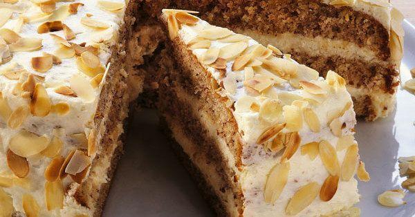 Ganz in Weiß präsentiert sich diese feine Mandel-Torte. Gut gekühlt kommt der Schmelz der zarten Schokolade besonders gut zur Geltung.