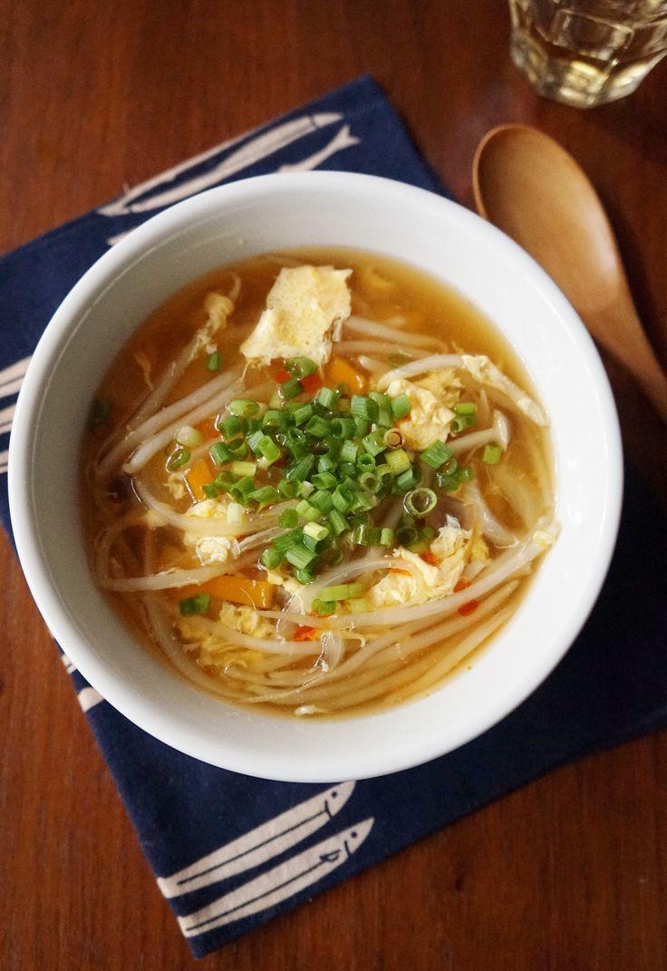 もやしやしめじを入れた中華スープに、溶き卵を加えてふんわりと仕上げました。ヘルシーで優しい味わいなので、子どもから大人まで美味しく食べられると思います。お好みでラー油を掛けても◎