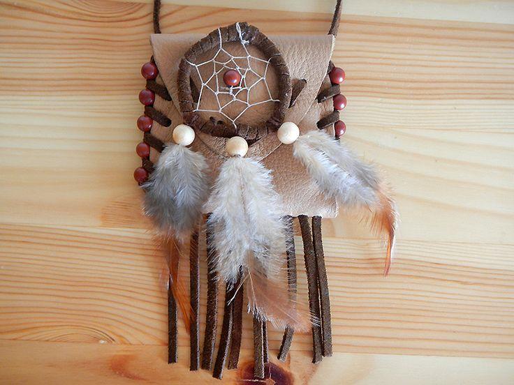 Medizinbeutel (mit Inhalt) aus echtem Leder mit Fransen und Verzierung in Form von roten Jaspis-Perlen.  Symbolik: Mut, Kraft