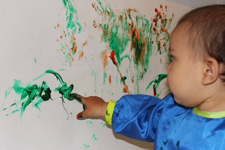 Kind malt mit Fingermalfarbe