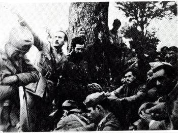 Ο Αρης Βελουχιώτης ανάμεσα σε αντάρτες του ΕΛΑΣ