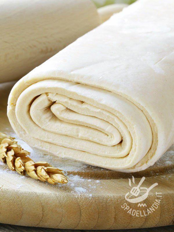 La Pasta matta senza glutine Vegan è un impasto a base di farina, acqua e olio, utilizzato per torte salate e strudel. Veloce, semplice e gluten free!