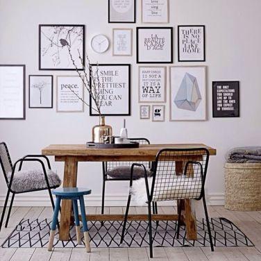 um jeito moderno de decorar paredes misturar quadros posters e fotos mesclando tamanhos
