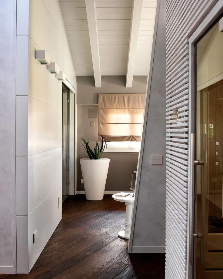 Sfoglia le immagini di Camera da letto in stile in stile Moderno di Disimpegno camera padronale con cabina armadio e sauna. Lasciati ispirare dalle nostre immagini per trovare l'idea perfetta per la tua casa.
