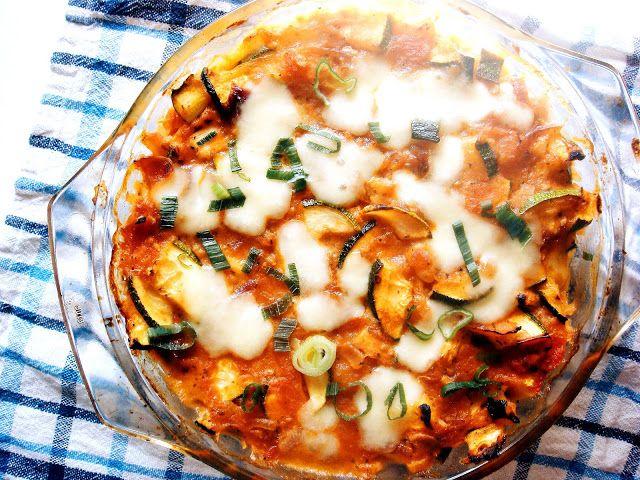 Kasza jaglana zapiekana z sosem pomidorowym z dodatkiem pieczonej cukinii i mozzarelli.