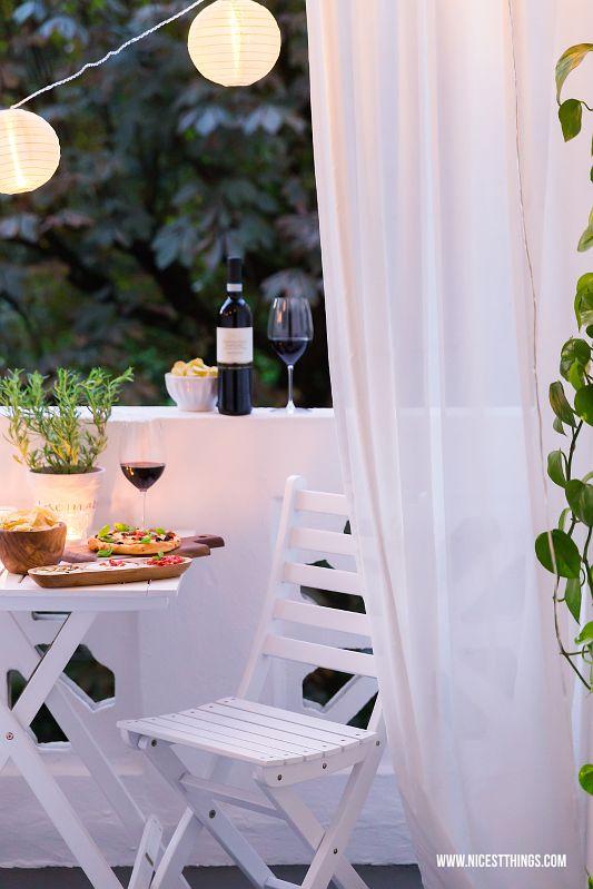 Sommerabend auf dem Balkon mit Naturals Chips, Dips, Pizza, Wein, Lichterkette