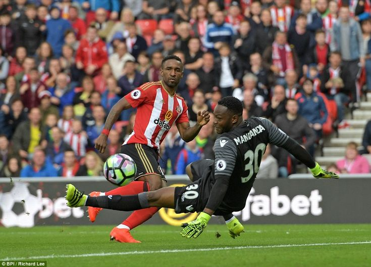 Defoe places the ball past the onrushing Steve Mandanda to beat the Crystal Palace goalkeeper and put his side in the lead