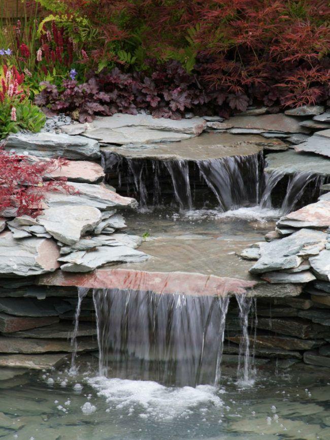 Simple bachlauf im garten steinplatten wasserfall idee modern design Ein Teich im eigenen Garten schafft eine ganz besondere Atmosph re Es gibt viele verschiedene