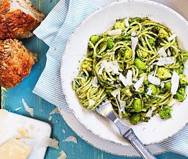 Grönt är skönt, vilket den här vegetariska pastarätten är ett levande bevis på. Prova en spännande smakbrytning mellan grön chili, sojabönor, kapris och basilika. Ett par halstrade pilgrimsmusslor på toppen är inte fel annars!