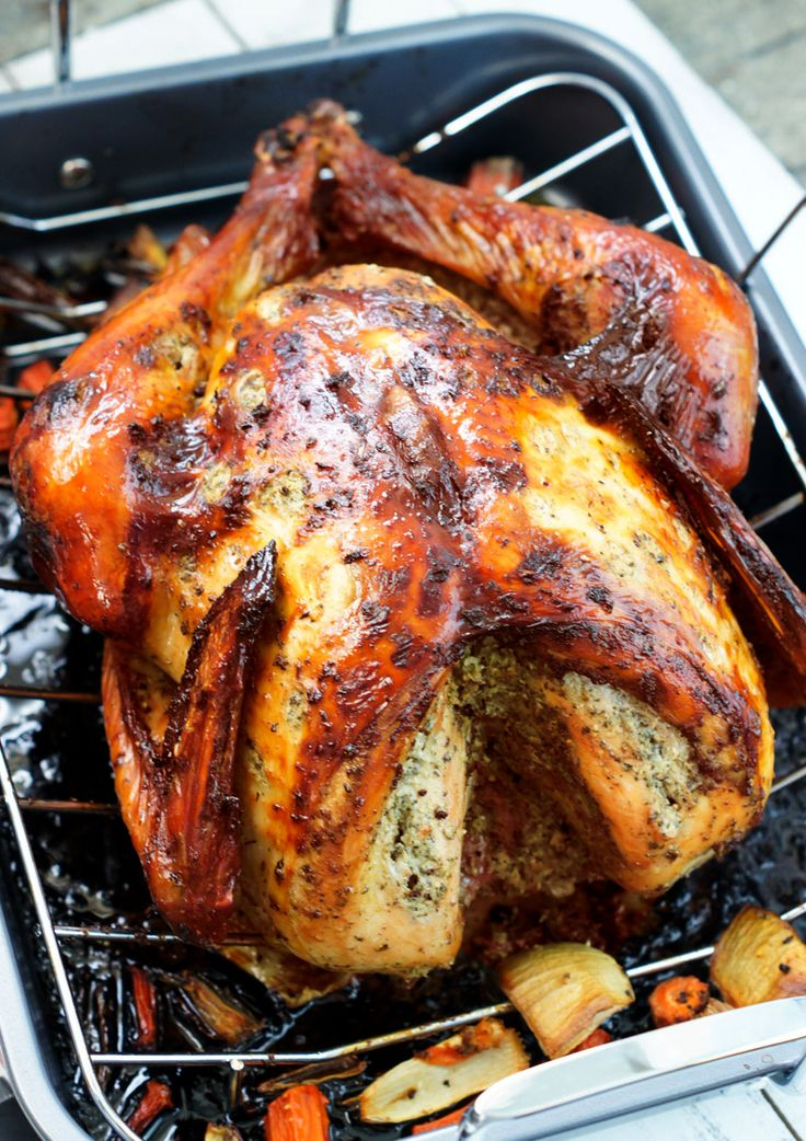 The holidays are approaching, which means it's time to bring out all the fabulous recipes that merit the occasion. Of course, turkey is one of those ingredients that must make it to our tables during the festivities, whether it is Thanksgiving or Christmas Eve night, and to make your lives easier, we have this simple and super delicious Latin-style turkey recipe, sure to please everyone at the dinner table.