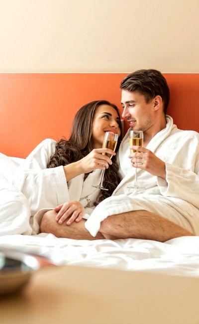 Nyt det gode liv sammen på et oppgradert dobbelt rom, med frokost og treretters middag. Inkludert i oppholdet er også to spabehandlinger hver, en romantisk vinner!