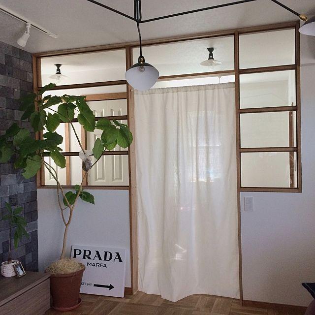 女性で、4LDKの無垢フローリング/ウンベラータ/ナラ無垢床/タイル/溶岩石/セルジュムーユ…などについてのインテリア実例を紹介。「入居して4ヶ月、やっと玄関ホールとリビングの仕切り室内窓を取り付けました^^;ドアはまだ作ってないので、とりあえずあった布で冷房対策としてのれんを設置。でもこれ意味ないみたいで、結局玄関ホールも涼しい…(°_°)」(この写真は 2015-07-14 12:41:24 に共有されました)
