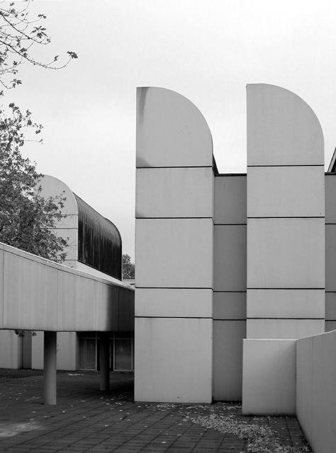 Walter Gropius (Alemania 1883-1969). Forma parte del grupo de arquitectos famosos de la Bauhaus, de la que fuera fundador en 1919. Escuela pionera en la enseñanza del diseño. Creía que los grandes bloques de vivienda eran la solución a los problemas sociales y urbanísticos. Era un defensor de la racionalización en la industria de la construcción. Algunas de sus obras: torre PanAm en New York, Universidad de Bagdad.