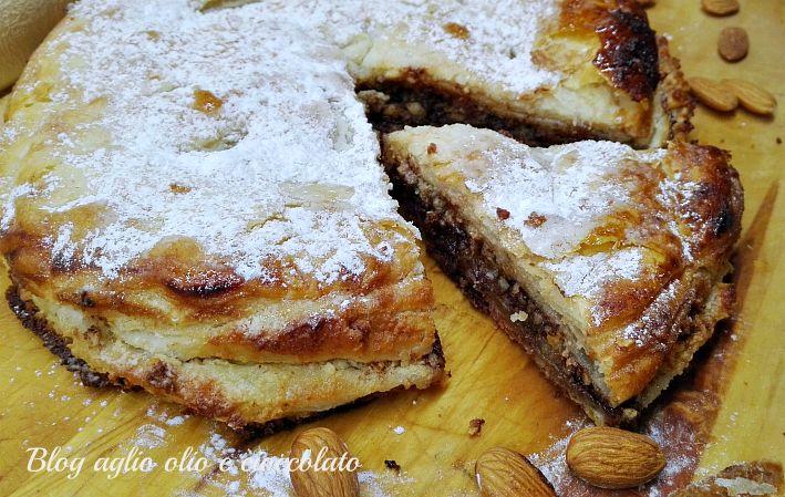 la torta sfogliata cioccolato e mandorle è un dolce molto semplice da realizzare e molto gustoso è fatto con della semplicissima pasta sfoglia
