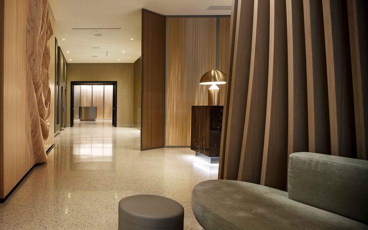 Boiserie semovibile bifacciale in tessuto metallico e bordo in legno faggio laccato. #interiordesign #madeinitaly #furniture