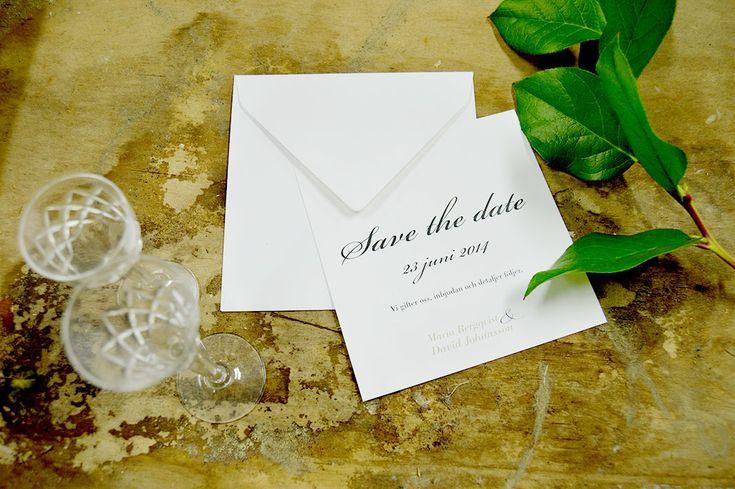 Trycksakerna är vita, klassiska och romantiska. Bröllop. Save the date