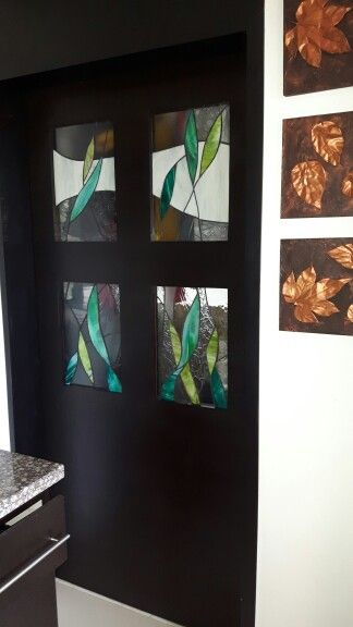 Vitral en puerta que separa la cocina de la lavanderia