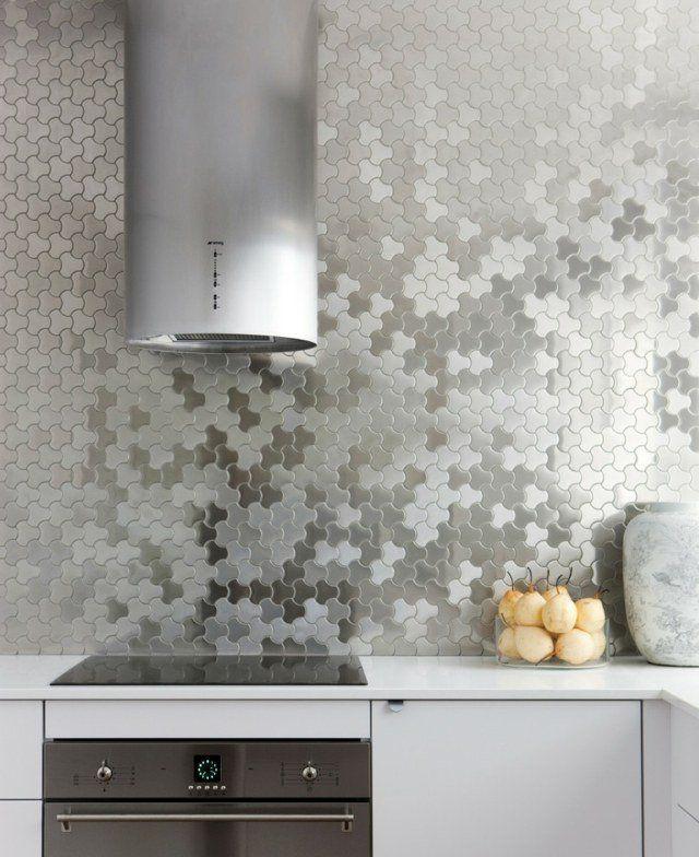 crédence de cuisine en mosaïque métallique de forme organique et curvilinéaire