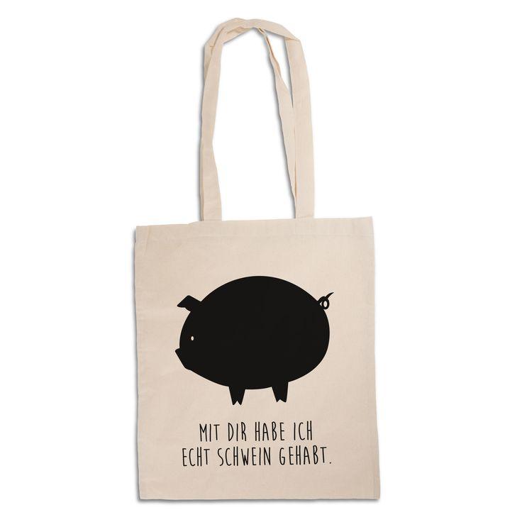Tragetasche Schwein aus Kunstfaser Natur - Das Original von Mr. & Mrs. Panda. Diese wunderschöne Tragetasche von Mr. & Mrs. Panda im Jutebeutel Style ist wirklich etwas ganz Besonderes. Mit unseren Motiven und Sprüchen kannst du auf eine ganz besondere Art und Weise dein Lebensgefühl ausdrücken. Über unser Motiv Schwein Das Schwein gilt als Glücksbringer und wird gerne verschenkt, wenn jemand auf schnelles Glück angewiesen ist. Auch spielen Schweine in unserer Landwirtschaft eine wichti