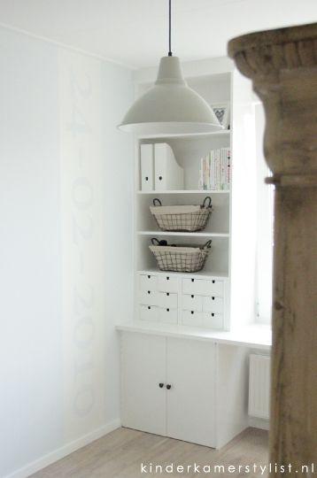 Maatwerkkast voor de kinderkamer hierin zijn de miniladekastjes (Moppe) van Ikea verwerkt.