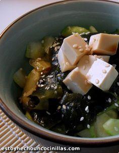 Cómo elaborar una ensalada japonesa de pepino y algas wakame, con un extra de tofu, que queda muy bien con la vinagreta de soja. Receta fácil, paso a paso.