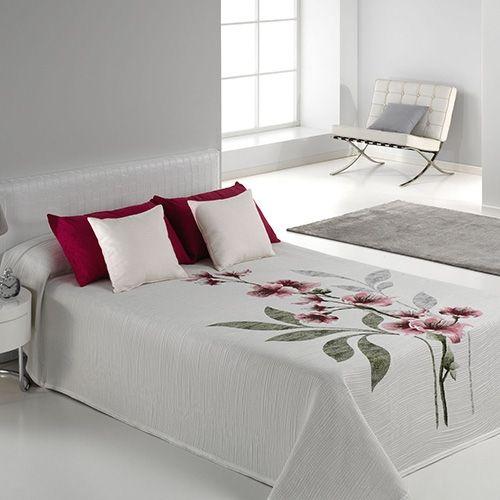 Cambiar el estilo con el que vistes tu cama con la colcha de verano Kelly de Reig Martí puede suponer un giro de 180º en el estilo de tu habitación.