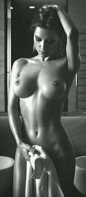 Regarde moi dans les yeux #21, Hot Babes Naked