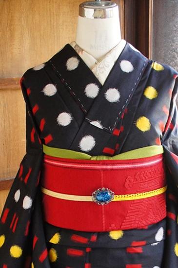 黒の地に、赤、黄色、白のポップカラーで織り出された水玉と棒のレトロモダンデザインに心ときめく銘仙袷着物です。