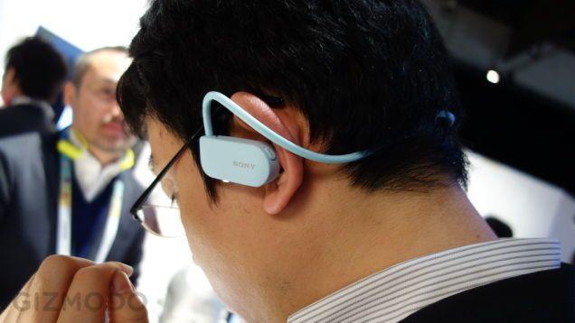 """ソニーはCES 2015にて、イヤフォン一体型の防水ウォークマン「Sony Smart B-Trainer」を参考出展していました。音楽が聞けるだけでなく、心拍数モニタ、GPS、歩数を計測するための加速度計などを搭載しています。  製品名称である「Sony Smart B-Trainer」の「B」は「Beat」を表していて、2つの意味が込められているそうです。ひとつは「心拍数(heat""""Beat"""")」で、右耳の後ろのセンサーで心拍数を計測します。もうひとつは文字通り、音楽を表す「ビート(Beat)」です。  他のフィットネス系ウェアラブルデヴァイスと同様、どのくらいの距離を走ったのか、どのくらいカロリを消費したのか、心拍数はどう推移しているのか…といった情報をスマートフォンに転送してくれます。."""