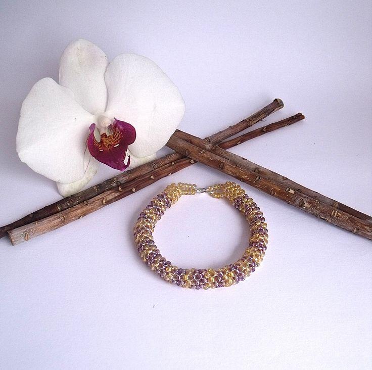 bracelet perles de rocailles doré et violet : Bracelet par atelier-de-delphine