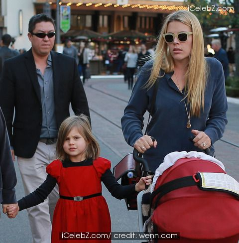 Cougar Town actress Busy Philipps takes daughter's Birdie and baby Cricket Pearl Silverstein to The Grove shopping Mall in West Hollywood http://www.icelebz.com/events/cougar_town_actress_busy_philipps_takes_daughter_s_birdie_and_baby_cricket_pearl_silverstein_to_the_grove_shopping_mall_in_west_hollywood/