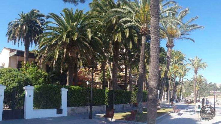 """#Paseo #marítimo junto a las villas de Benicàssim. El estilo #afrancesado de cada una de estas #villas de Benicàssim, así como la presencia en ellas de personajes reconocidos de la alta sociedad, generaría el apodo de #Benicàssim como el """"Biarritz de #Levante""""."""