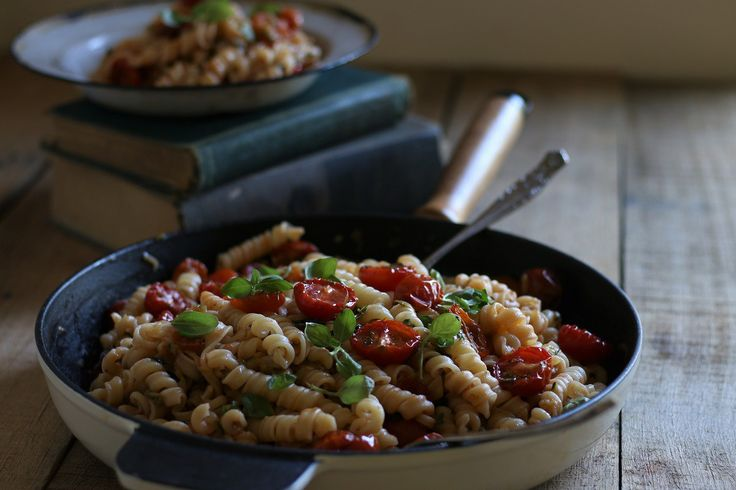 Pasta with oven baked tomatoes and basil sauce. Quick, simple and deeee-licious
